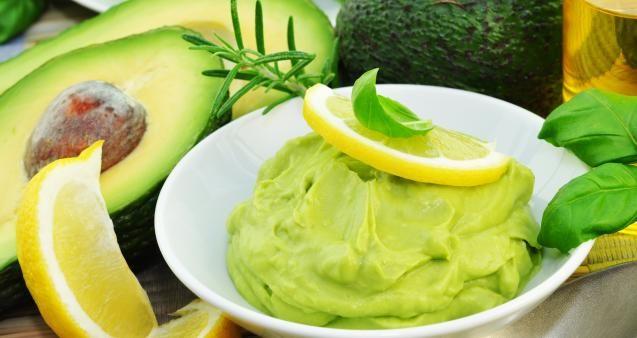KK.NO: Avokado er en av de feteste fruktene (ja, for det er en frukt)du kan spise, men fettet du får i deg er av det sunne slaget.  Derfor kan du fint spise én avokado om dagen, sier Jeanette Roede, konseptsjef i Grete Roede AS. – Avokado er svært mettende og er godt egnet for dem som ønsker seg en sunnere livsstil, sier hun. LES OGSÅ: Derfor bør du spise mer avokado