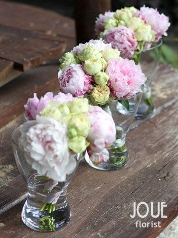 Rustikální pivoňková svatba na statku, kytice pro maminky a svědkyni