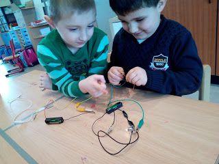 Welkom op de blog van kleuterschool Tichelrij: We ontdekken techniek - laat de lamp branden en de...