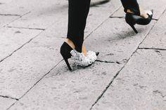 Los 80´s más lujosos con pantalones fuseau y zapatos de pedrería de BALENCIAGA.