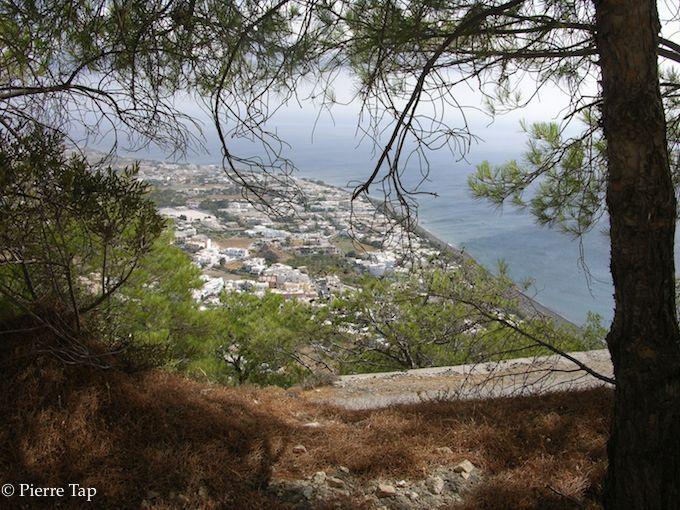 Depuis le Mont Messavouno sur lequel se trouvait l'ancienne Thera, on voit Perissa, la ville d'en bas ..