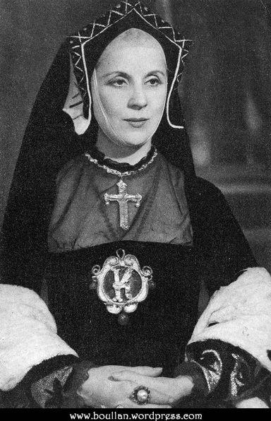 Diana Wynyard como Catarina de Aragão, na peça Henry VIII em 1948.
