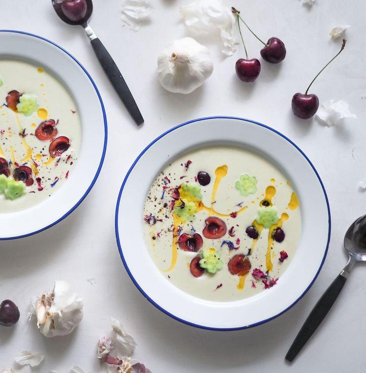 Ajo blanco eli kylmä valkosipulinen leipäkeitto maistuu kesällä ihanalle - varsinkin kun sen kaverina tarjoilee tuoreita kirsikoita!