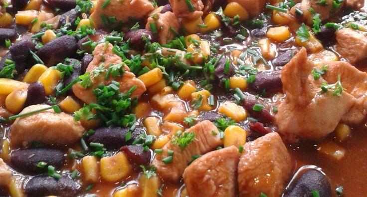 Csirkés chilis bab recept: Ez a chilis bab a családom egyik kedvenc főétele. Én a darált hús helyett, csirkemellel szoktam elkészíteni. Tálalni lehet rizzsel vagy friss ropogós kenyérrel. Nagyon finom recept! ;)