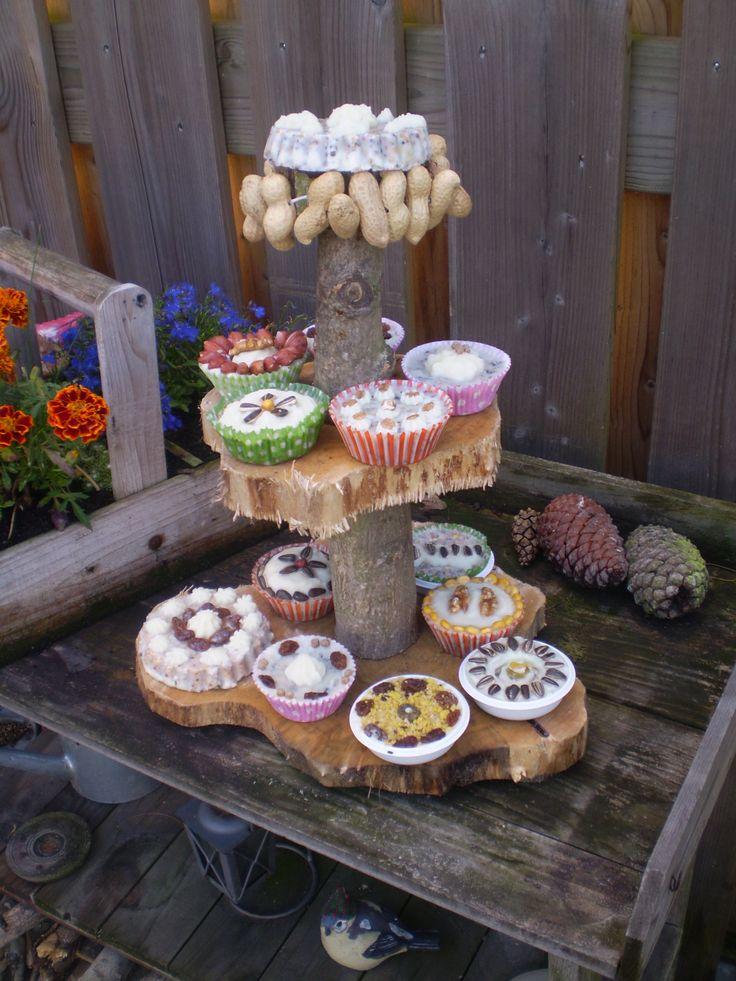 Etagere vol met vogelvoer cupcakes Leuke Tuin decoratie