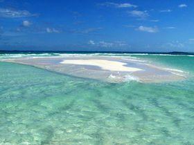 ハワイ 天国の海の幻のビーチ、サンドバー 青空とエメラルドグリーンの海に浮かぶ、白いサンゴ砂浜