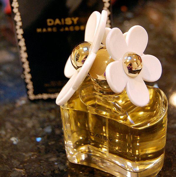 Γυναικείο άρωμα Marc Jacobs Daisy Eau de Toilette 100ml  Τιμή 55€  Παράδοση σε 2 με 3 εργάσιμες ημέρες με αντικαταβολή. Τρόπος παραγγελίας: Αποστολή με μήνυμα των στοιχείων σας και του αρώματος ή τα αρώματα που σας ενδιαφέρουν - Καταχώρηση παραγγελίας - Ενημέρωση για κωδικό αποστολής και ημερομηνία παράδοσης