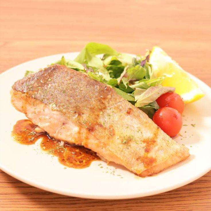 「バルサミコソースでサッパリ 鮭のムニエル 」の作り方を簡単で分かりやすい料理動画で紹介しています。簡単に作れるシンプルなムニエルのレシピです。 バルサミコ酢のソースでサッパリとした味わいの一品です。 ソースにマッシュルームを刻んだものやニンニクを加えても美味しく頂けます。 お好みでアレンジしてみて下さい。
