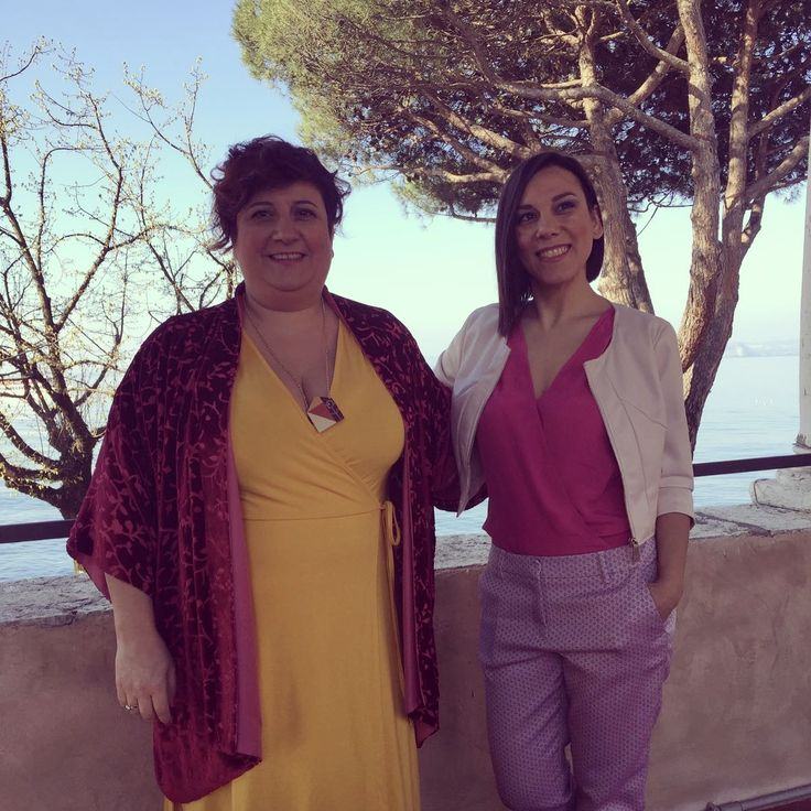 Le Sorelle Martini, Cinzia ed Elisa, giallo e rosa. Shooting foto New video and photo. #lesorellemartini