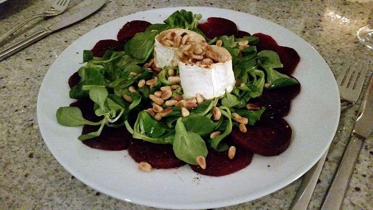 Basenreich: warmer Ziegenkäse mit Feldsalat und Pinienkernen auf Rote-Beete-Carpaccio