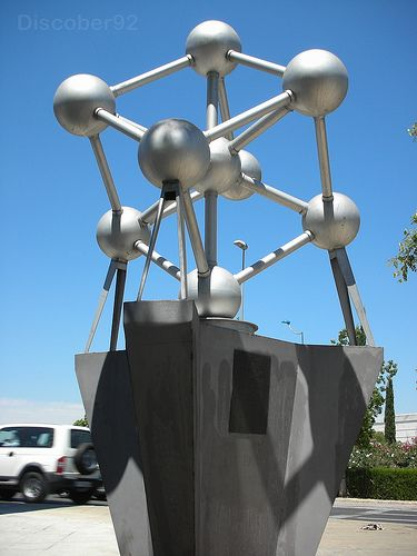 Atomium in Sevilla. This 1:50 replica (about 2 metres high) was a gift from the City of Brussels to the Urban Community of Seville on the oc- casion of the Universal Exhibition which was held in the Andalusian city in 1992. The monument was not removed after the event and still adorns the bus station on Plaza de Armas.