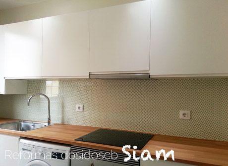 reforma de una cocina pintada donde hemos pretendido armonizar la estancia con materiales y colores nobles