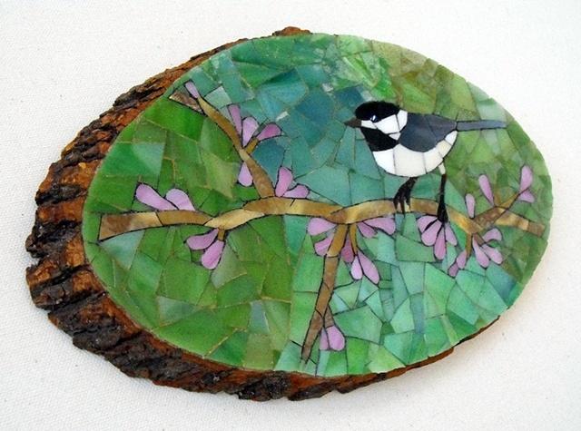 Lindo mosaico en un trozo de madera.