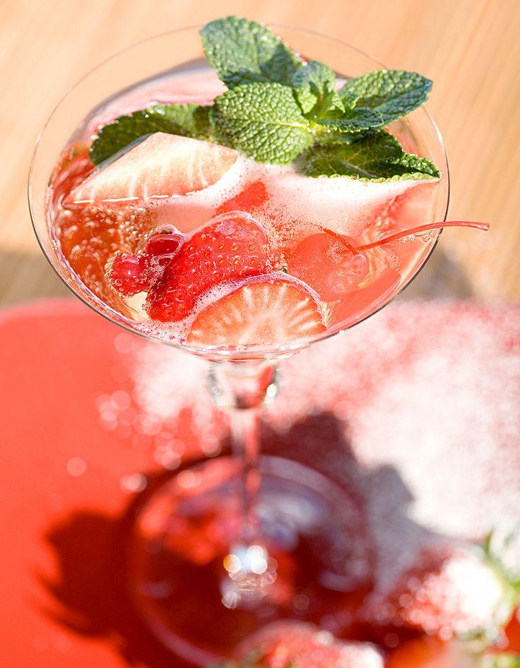 Recette Cocktail punch à la fraise et rhum : Versez tous les ingrédients dans un shaker rempli de glaçons. Secouez énergiquement. Versez dans un verre en fi...