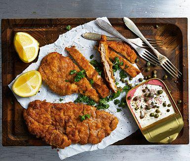 Wienerschnitzel är en av det österrikiska kökets främsta specialiteter. Av tradition ska schnitzel göras på kalv, men skinkinnanlår av gris går också bra. Skär upp schnitzeln lite på snedden. Perfekt att dippa i en smakrik ansjovis- och kaprisröra.