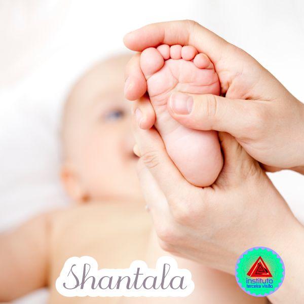 Shantala é uma técnica de massagem para bebês. A essência da Shantala consiste na intensa e sentida transferência de amor da mãe para o filho, através de toques suaves.  A Shantala acalma. Previne cólicas e gases. Melhora o sono. Fortalece e dá firmeza aos músculos.  Aumenta o sistema imunológico.  Enriquece muito a vida do bebê, porque é um momento de amor e carinho e tudo o que desperta a atenção do bebê e estimula seus sentidos é importante para o seu desenvolvimento feliz e saudável…
