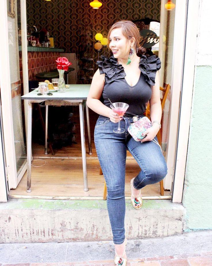 sacamos del armario este outfit caribeño, recuerdan las sandalias y cluth de hace dos días? ⬆️⬆️⬆️!!. 💃🏻💃🏻. Hemos estado en @lolinavintagecafe pasando un rato agradable y como casi siempre 😂  con la cámara a cuestas!!. Un outfit sencillo para ir de copas un ratito!!.🍸🍸 Sandalias y Blusa de Zara Madrid 👌🏻, jeans de Levy's, cluth Fórmula joven del @elcorteingles, y maxipendientes 🍉de Mango Madrid. Biral Shop Madrid.