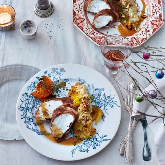 Zarter Seeteufel mit Serranoschinken, dazu Kartoffelgratin und frisches Sauerkraut.