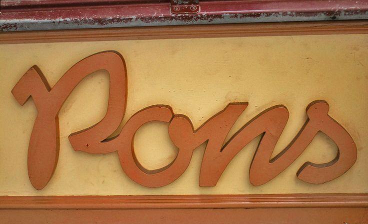 detall rètol botiga San Pons , Solsona. foto miquel