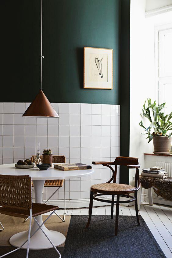 Visst vågar du måla i köket! Alcros Tålig Halvmatt ger en tålig, smutsavvisande yta som går att tvätta. Bild hämtad från Mitt Hem nr 3 2017 Välkommen in i vår butik Colorama Helsingborg/Berga & Ängelholm #alcro #shopping #design #kök #kakel #coloramahelsingborg #coloramaangelholm #inredning