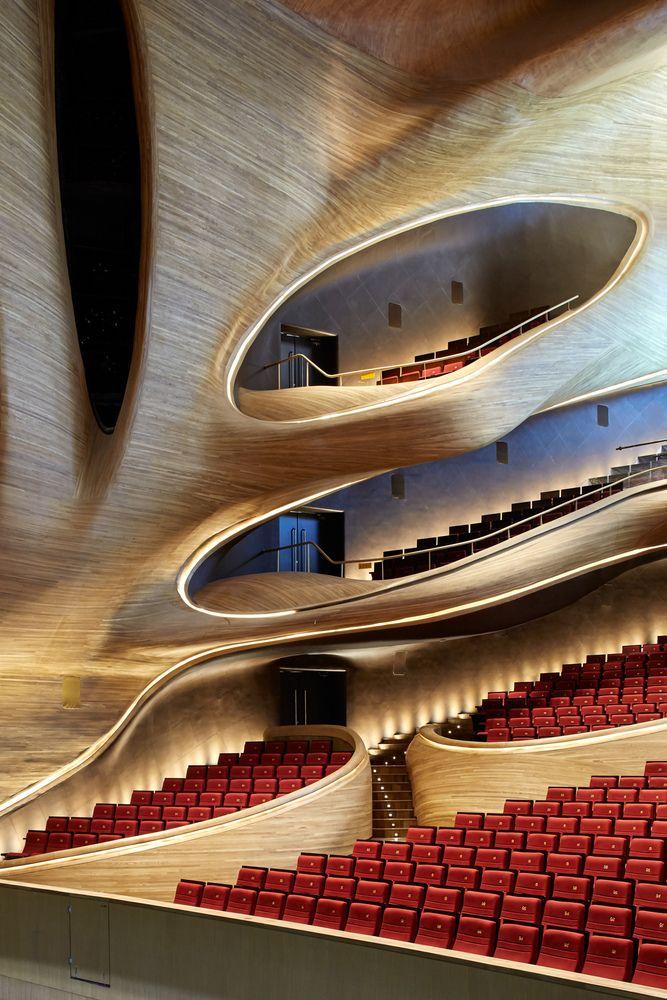 teatro com arquitetura desenhada de forma inusitada - referência de formas