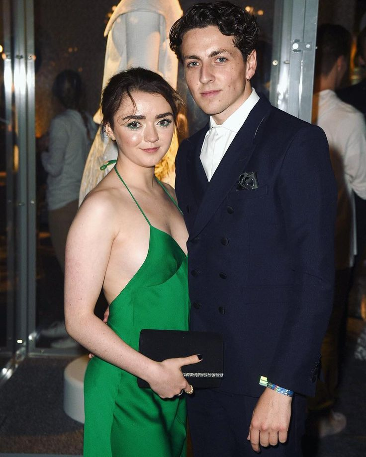 Maisie Williams and her boyfriend made their red carpet debut.... talk about ice and fire  Link in bio for more photos and everything you need to know about the couple, who only recently went public.