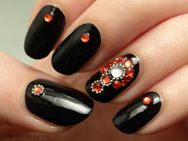 Ida-Maria's nails: Black bracelet with a red and silver nails