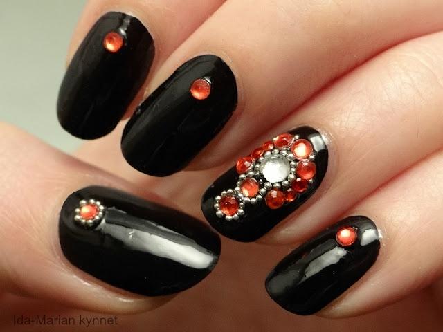 Ida-Marian kynnet / Black and red jewellery nail art / #Nails #Nailart