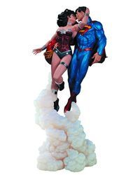 Superman Wonder Woman The Kiss Statue