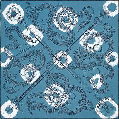 Carré en twill de soie 100 % soie, roulotté à la main (100 x 100 cm)<br /><br />L'emblématique Caducée Rock se veut surteint en tie and dye pour un effet rock.<br />