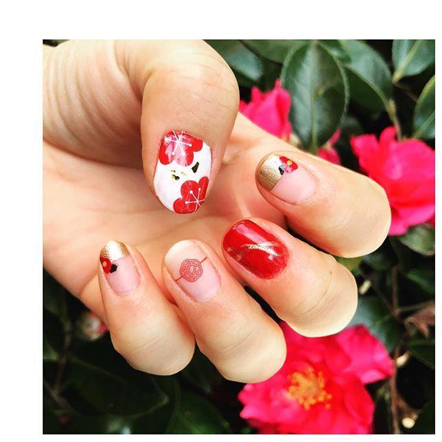 ・ 2018.01.02 ・ #お正月ネイル 山茶花が綺麗に咲いてたから一緒に☺︎ ・ 人差し指と小指のお花は ネイルシール貼ろうと思ったら大きかったから ポリッシュで描いてみました✲*゚ ・ 親指と薬指は前回も使った しずくさんのネイルシール\❤︎/ ・ ⑅ #セルフネイル #セルフネイル部 #ショートネイル #ホーメイ #ウィークリージェル #ほぼ100均ネイル #キャンドゥ #しずくウォーターネイルシール #和風ネイル  #和柄ネイル #しずくネイルシールコンテスト3 #手だけでデブが分かる  #selfnail #shortnails #HOMEI #みぅネイル