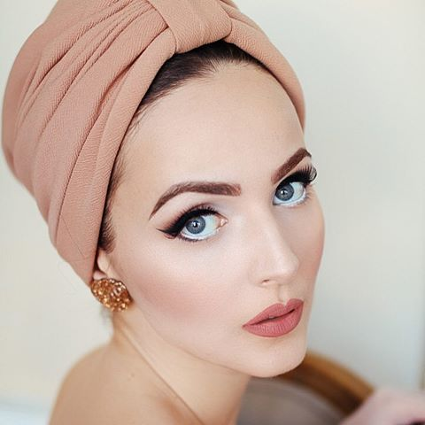 """Wearing @brothersandsisters.be turban in my fav color matching @anastasiabeverlyhills liquid lipstick in shade """"Crush"""" 🌸💗 Earrings @glitterparadise ✨"""