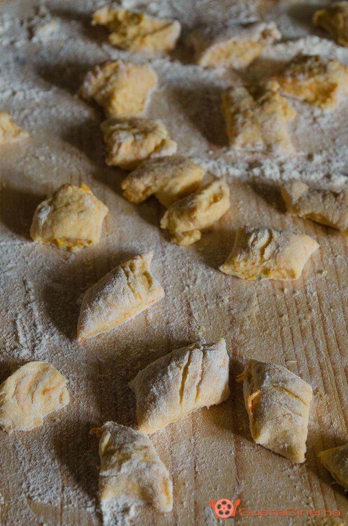 Pumpkin Gnocchi - Gnocchi di zucca senza patate fatti in casa un piatto gustoso e semplice da realizzare. Gustateli con un condimento di burro, salvia e pancetta.