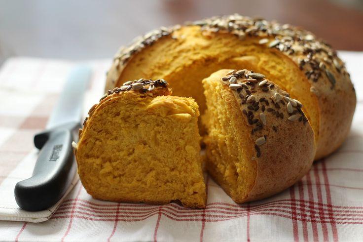 Il pane alla zucca ha degli ottimi valori nutrizionali: ipocalorico e privo di grassi animali è perfetto per gli sportivi e gli intolleranti al lattosio.