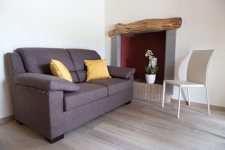 Gli appartamenti sono elegantemente arredati con mobili dai toni delicati che esaltano il carattere rustico originale della struttura