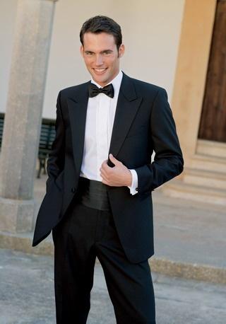 """Smoking  trägt man ab 18 Uhr  dazu Smokinghemd, Weste od. Kummerbund, auch farbig  Einladungshinweis: """"Black Tie"""" od.  """"Cravate Noire"""""""
