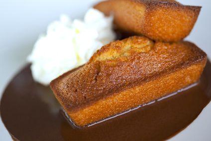 En tant que grande amatrice de desserts individuels (après les mini fars, mini gâteaux bretons ou encore les mini kouign-amann...), je vous suggère aujourd'hui des petits quatre-quarts fourrés à la crème de caramel au beurre salé ! C'est le top pour organiser un petit café gourmand et le fait qu'ils soient fourrés apporte un petit truc en plus, la petite touche de gourmandise.