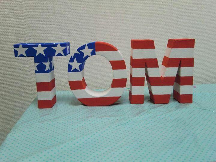 Amerikaanse vlag op papier maché letters geverfd