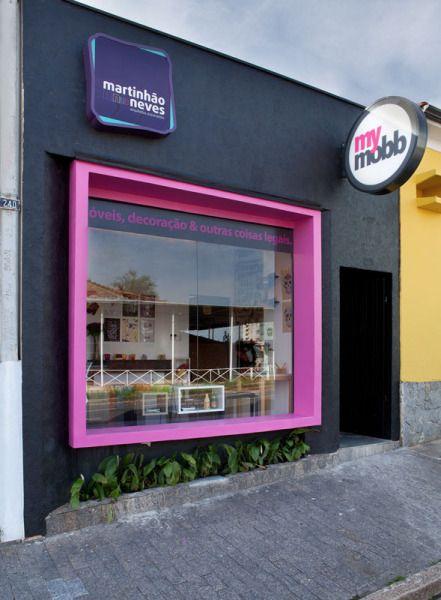 Painel em acrílico com moldura da vitrine em aço pintado. #aNeopressFaz . Veja mais em www.neopress.com.br
