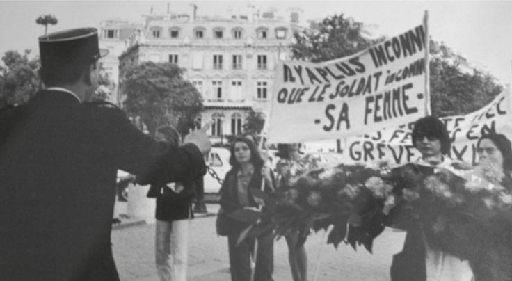 """И к слову о вчерашнем московском представлении. В августе 1970 года группа женщин, среди которых писательница Моник Виттиг, возложили к Триумфальной арке в Париже цветы в честь жены неизвестного солдата. """"Каждый второй человек - женщина"""" и """"Есть и более неизвестный, чем тот солдат - его жена"""", - гласили распространенные по этому случаю листовки."""