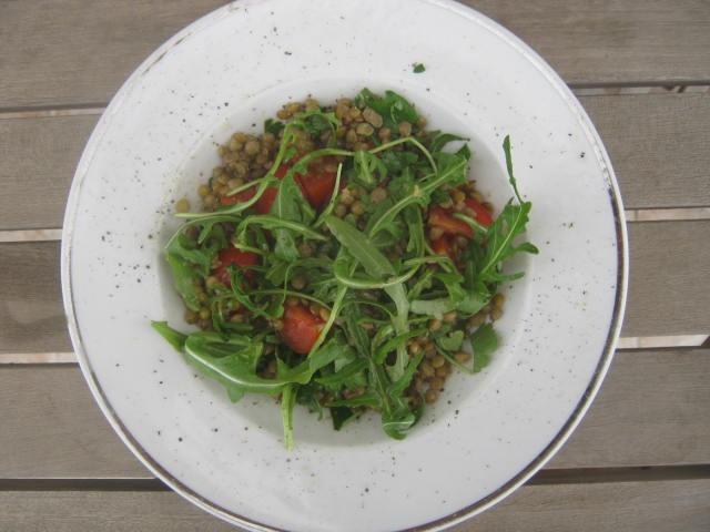 Σαλάτα ρόκα με φακές, ντοματίνια και βινεγκρέτ