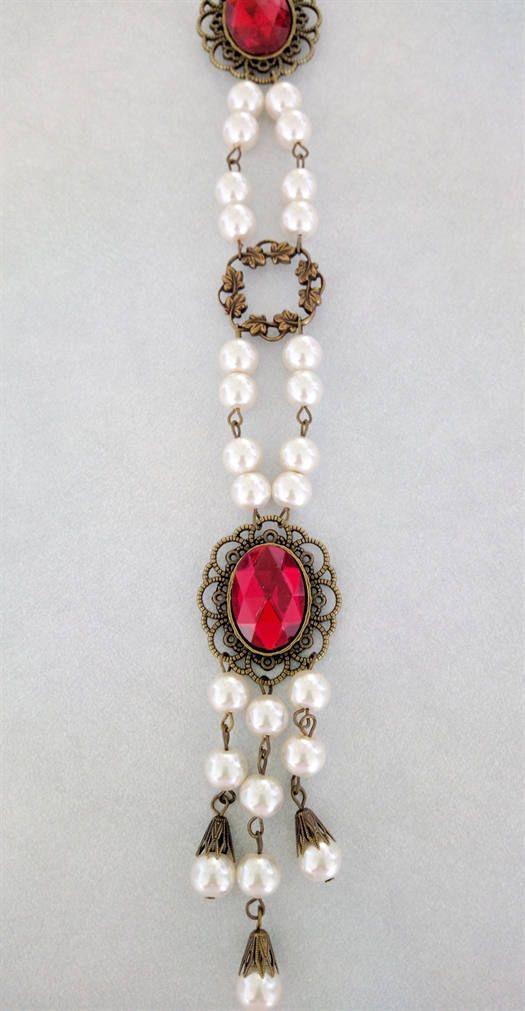 Este cinturón faja joyas hechas a mano, hecho profesionalmente fue creado en base a la joyería usada por la realeza y la nobleza de la Medieval y la época del renacimiento. Agrega ese toque final al atuendo de cualquier noble.  MEDICIÓN: La cintura es ajustable de hasta 48 pulgadas.  Este cinturón Enjoyado cinturón está terminado y listo para enviar.  Hecho de Checa cristal grisáceo perlas, filigranas de latón Antiqued, configuración de latón Antiqued, cadena de cobre amarillo, Cabuchones de…