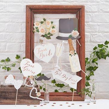 """Dieses Photo Booth Set im Vintage-Look garantiert einzigartige Hochzeitsfotos! Die Accessoires, unter anderem ein Schnurrbart, ein Hut und ein """"Team Bride""""-Schild, machen jeden Schnappschuss zu einem Highlight und sorgen für jede Menge Spaß beim Fotoshooting."""