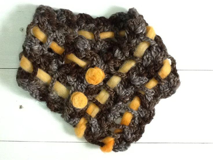 Cuello tejido a crochet con detalles de fieltro