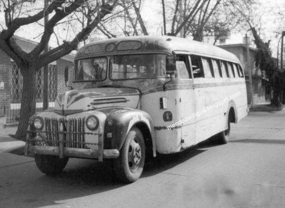 Un Ford 1946 de la empresa La Argentina que unía el Centro con el hospital Emilio Civit en el parque.(MENDOZA)