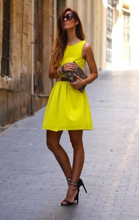 L'été est le moment de porter une tenue classe femme-des jupes courtes modernes, des robes et des shorts en couleurs pastelles, couleurs flashy ou imprimés.