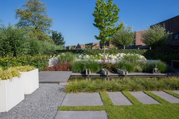 Tuin met gazon, tuinvijver en bloeiende planten border Tuinontwerp tuinaanleg Eindhoven Helmond