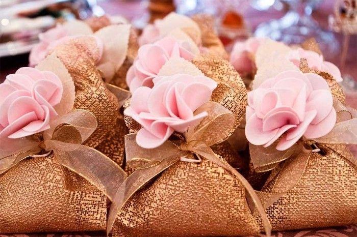 Bem casados com embalagem dourada e rosa
