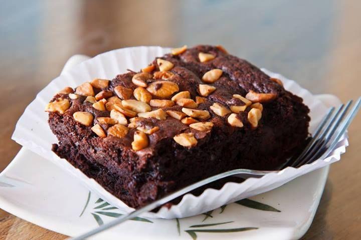 ¡El toque final! Una vez que tengas tus brownies listos, agrega cacahuates y e introdúcelos al horno por 5 minutos más, quedarán tostados y deliciosos.