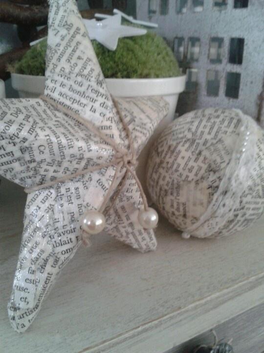 Star en ball. Kerstster en kerstbal van oud papier. Decopatch.